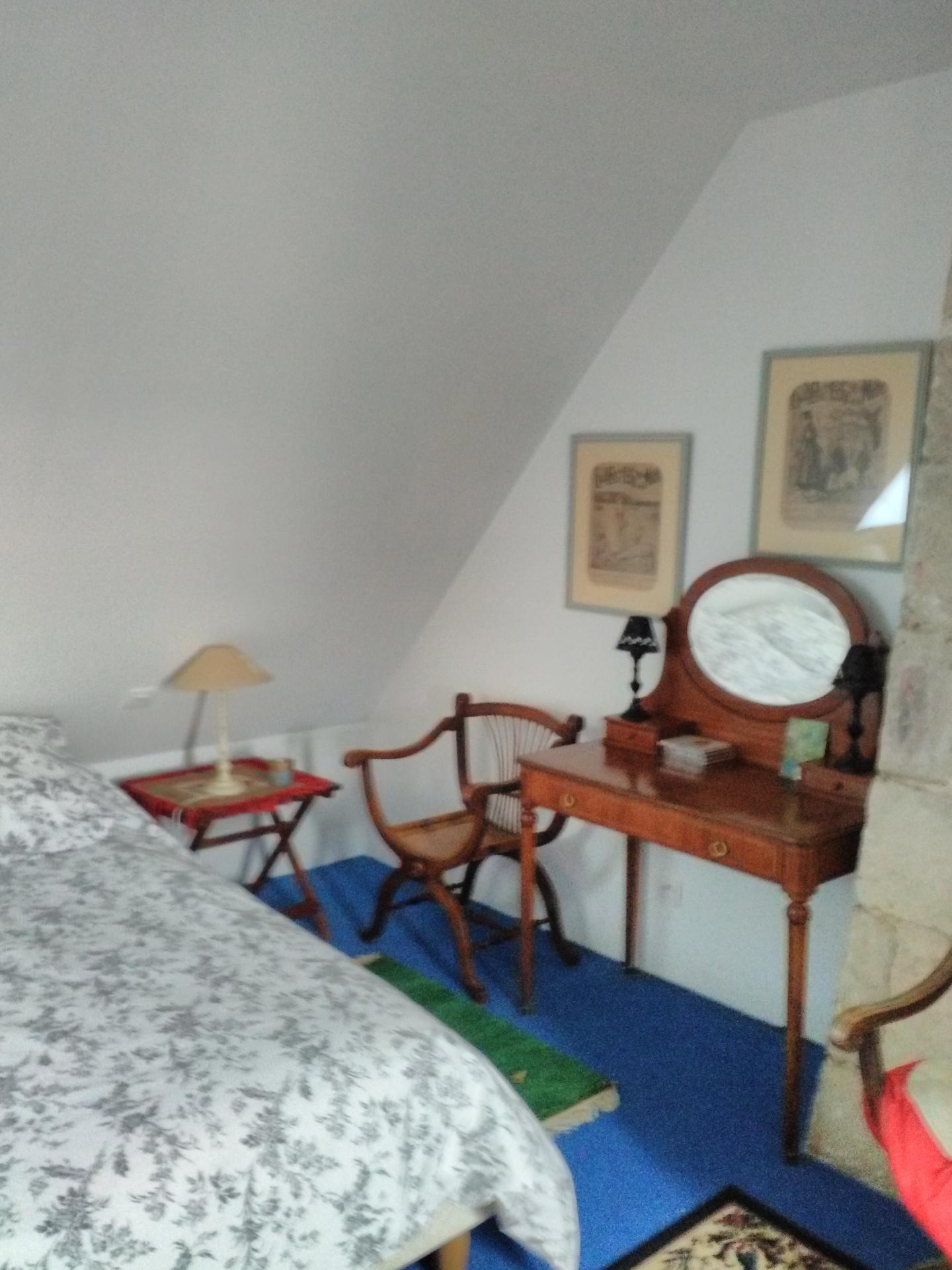 1ère chambre spacieuse avec un lit 2 places 160cm avec TV